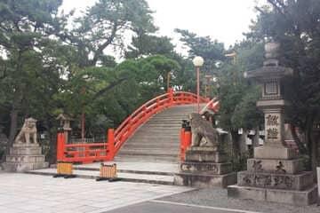 Le pont d'entrée au sanctuaire Sumiyoshi à Osaka