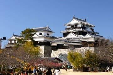 Photo du château de Matsuyama et de ses visiteurs