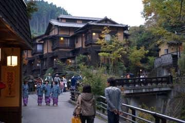 Des passants qui se baladent à travers les beaux bâtiments du village