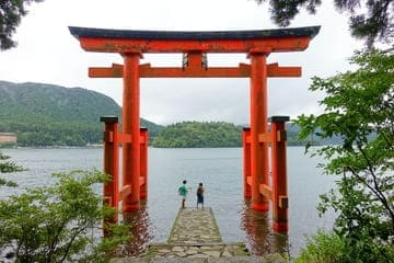 Le torii rouge du lac Ashi à Hakone