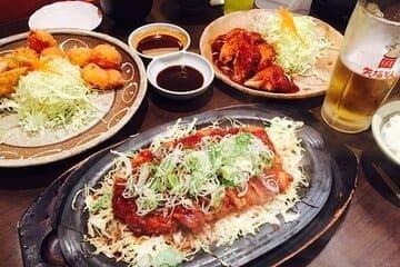 Différents plats en sauce sur la table du restaurant