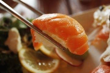 La photo d'un sushi au saumon