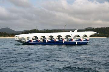 Un bateau touristique du parc de Busena au Japon