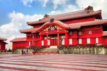 Une photo de l'avant du grand château de Shuri à Naha