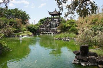 Photo du jardin Fukushuen avec sa verdure et son temple
