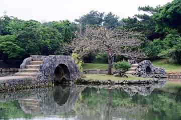 Photo du pont dans le célèbre jardin de Naha