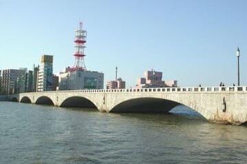 Photo du pont Bandai à Niigata qui joint les deux quartiers