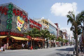 La fameuse rue Kokusai-dori et ses commerces à Naha au Japon