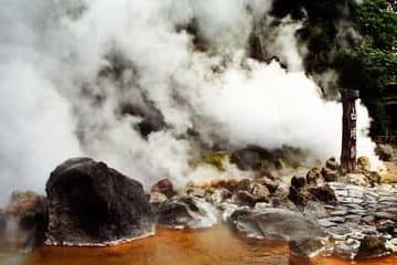 La source chaude des montagnes et ses fumées