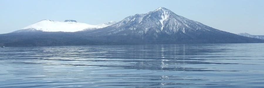 panorama sur le lac Shikotsu et la montagne
