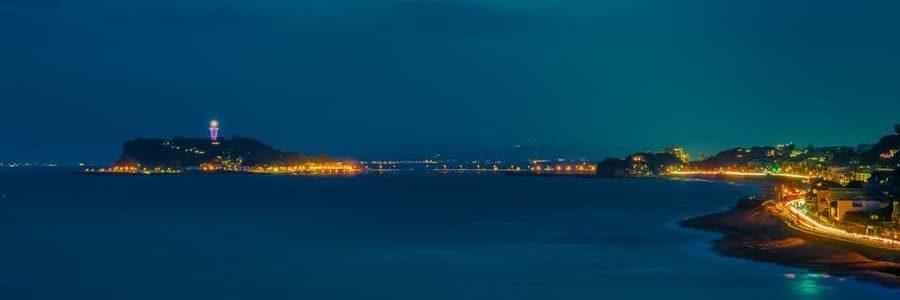 Panorama de nuit sur la côte qui mène à l'île Enoshima