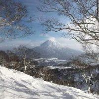 Photo des montagnes enneigées de Hokkaido