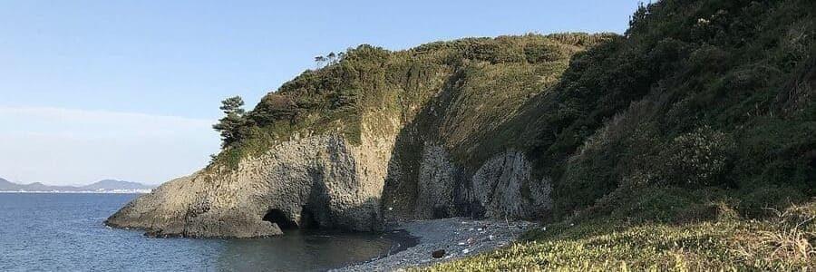Un joli paysage d'une plage sur l'île d'Ainoshima